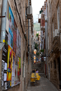 旧市街石畳の小路と観光客の写真素材 [FYI01557084]
