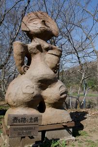 加曽利貝塚 壺を抱く土偶の拡大複製版の写真素材 [FYI01557085]