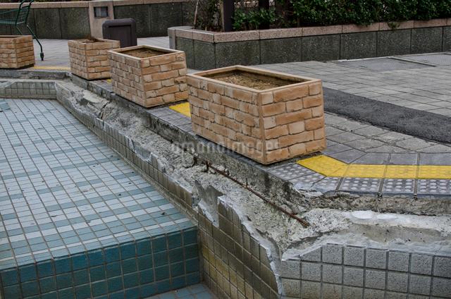 大震災で壊れた新浦安駅前の道路の写真素材 [FYI01557108]