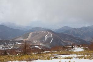 根子岳登山中に見た冬山風景とパインビークスキー場(中)の写真素材 [FYI01557128]