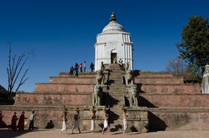 カトマンズ ダルバール広場にある塔と礼拝者の写真素材 [FYI01557185]