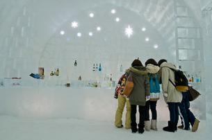 然別湖 氷で作られたバーカウンターの写真素材 [FYI01557188]