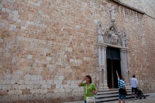フランシスコ修道院正面玄関死のイエスと聖母像の写真素材 [FYI01557426]