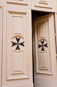 ヴィットリオーザの町 マルタ十字のドアの写真素材 [FYI01557452]