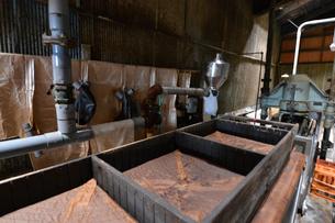昔ながらの醤油製作所の写真素材 [FYI01557499]