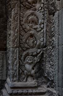 タ・プローム遺跡 壁に刻まれたレリーフの写真素材 [FYI01557535]