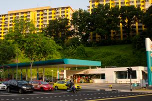 市内のガソリンスタンドの写真素材 [FYI01557560]