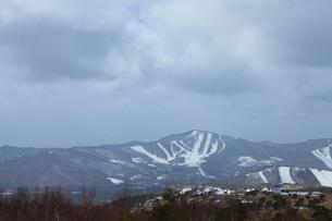 根子岳登山中に見たパインビークスキー場(中央)の冬山風景の写真素材 [FYI01557602]