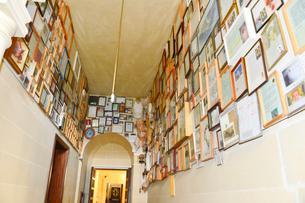 タ・ピヌ聖所におさめられた礼状や写真の写真素材 [FYI01557619]