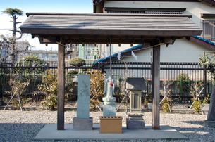 秋葉神社・昆陽神社境内になる石仏の写真素材 [FYI01557621]