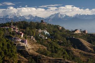 ナガルコットから見たヒマラヤ連峰とホテル群の写真素材 [FYI01557657]