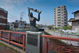 海老川に掛る栄橋にある乙女像の写真素材 [FYI01557789]