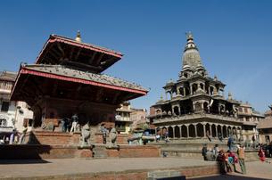 ダルバール広場あるジャガナラヤン寺院とクリシュナ寺院の写真素材 [FYI01557837]