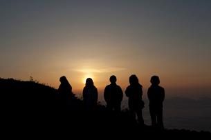 常念小屋付近から見た朝焼けを見る登山者の写真素材 [FYI01557866]
