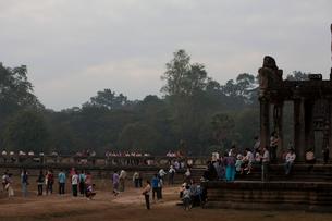 アンコールワットの朝焼けを見に集まった観光客の写真素材 [FYI01557894]