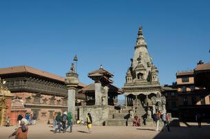 王の柱や旧王宮が並ぶカトマンズ ダルバール広場の写真素材 [FYI01557987]