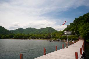 中禅寺湖クルーズ船乗り場と男性の写真素材 [FYI01558106]