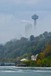 遊覧船霧の乙女号の乗り場とスカイロンタワーの写真素材 [FYI01558205]