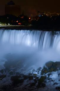 ナイアガラ・フォールズのライトアップの写真素材 [FYI01558212]