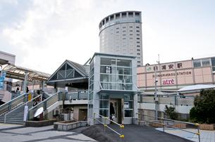 土台が補修されたエレベータがある新浦安駅前の写真素材 [FYI01558225]