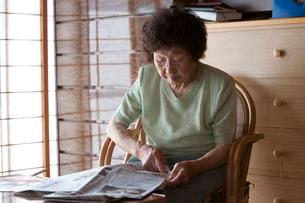 新聞を読むお年寄りの写真素材 [FYI01558293]
