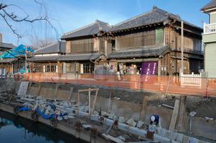 河岸の災害復興工事をする佐原の古い街並み の写真素材 [FYI01558325]