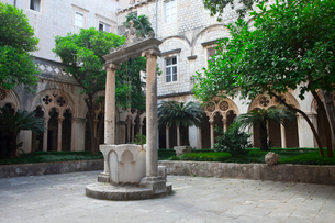 ドミニコ会修道院の井戸の写真素材 [FYI01558371]