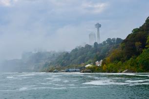 遊覧船霧の乙女号の乗り場とスカイロンタワーの写真素材 [FYI01558372]