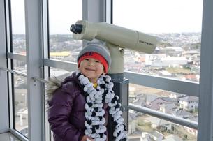 犬吠埼灯台展望台の双眼鏡と男児の写真素材 [FYI01558516]