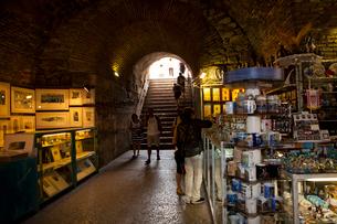 宮殿地下の土産物店と観光客の写真素材 [FYI01558524]