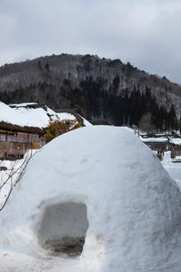雪の大内宿 カマクラの写真素材 [FYI01558568]