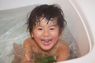 お風呂で遊ぶ3歳男児の写真素材 [FYI01558712]