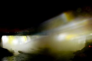 ナイアガラ・フォールズのライトアップの写真素材 [FYI01558715]