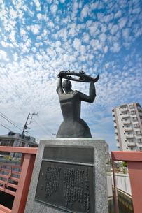 海老川に掛る栄橋にある少女の像の写真素材 [FYI01558817]