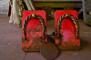 迦葉山弥勒寺内青少年研修道場前にある巨大な下駄の写真素材 [FYI01558831]