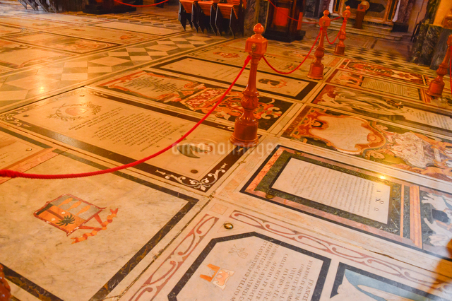大聖堂内部 床は墓標の写真素材 [FYI01559132]