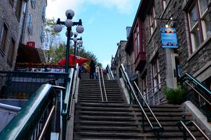 ケベック市内 首折り階段の写真素材 [FYI01559145]