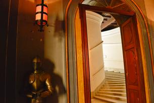 思い甲冑の為段差が低い階段の写真素材 [FYI01559146]