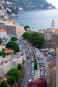 城塞から見た並ぶ車と通行人の写真素材 [FYI01559212]