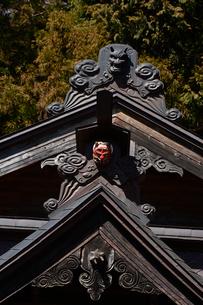 新倉山浅間公園の神社の般若の面と鬼の面の写真素材 [FYI01559321]