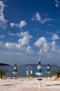 アドリア海沿岸とパラソルの写真素材 [FYI01559337]