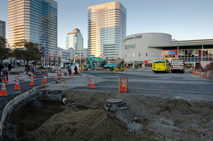 大震災で壊れた災害復興工事をする海浜幕張駅前の写真素材 [FYI01559348]