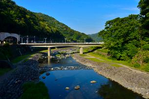 箱根湯本駅前を流れる早川の写真素材 [FYI01559531]