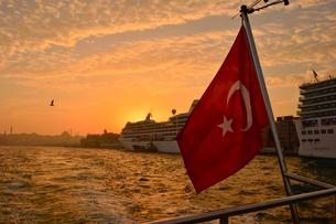 ボスポラス海峡とトルコ国旗の写真素材 [FYI01559535]