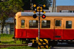 小湊鉄道上総大久保駅付近を走る電車の写真素材 [FYI01559806]