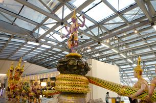 バンコク国際空港内の装飾品の写真素材 [FYI01559808]