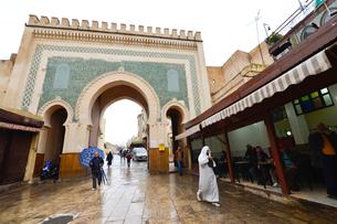 世界遺産フェズ旧市街ブージュルード門の写真素材 [FYI01559891]
