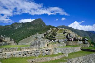 マチュピチュ山(奥く左)とマチュピチュ遺跡の写真素材 [FYI01559946]