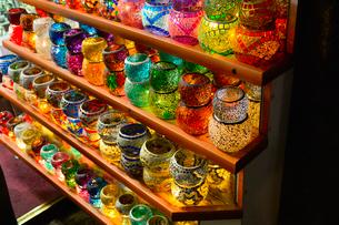 土産物店で売られているランプの写真素材 [FYI01559953]