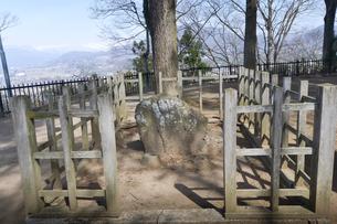 沼田平八郎景義の首級をのせた石の写真素材 [FYI01560117]